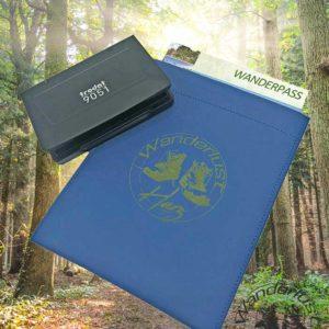 Blaue Wanderpass-Hülle mit Stempelkissen und Gravur-Wanderlust-Harz